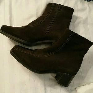 La Canadienne Brown Suede Boots